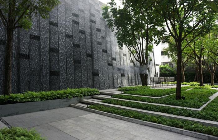 Hyde-Sukhumvit-11-garden-area2l